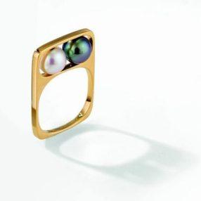 Réédition de la bague Deux Perles - originellement crée en 1967 pour Pierre Cardin